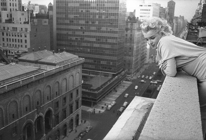 Мэрилин монро на балконе в нью йорском